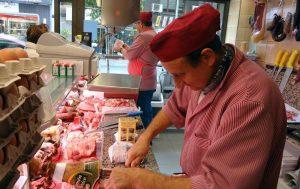 """També som especialistes en Carn de vedella d'Andorra què és una marca de Ramaders d'Andorra S.A. La nostra especialitat són els productes d'elaboració artesanal, de producció pròpia com a hamburgueses 100% de vedella, les hamburgueses de pollastre de la Seu, les mandonguilles de porc i de vedella fetes només amb sal, pebre, ou i pa ratllat En aquesta carnisseria podràs trobar a la venda carn d'Andorra, vedella de Catalunya amb denominació d'origen, """"Chuletones"""" de bou, bé de llet d'Andorra i bé de la Seu d'Urgell i cabrit A Andorra tenim la sort de seguir una de les millors dietes, la dieta Mediterrània, que inclou la carn com a element de salut per què ens aporta ferro, zinc, vitamina B i aminoàcids essencials. La Prudencia Los jamones, paletas y embutidos son curados en nuestros secaderos y bodegas naturales a más de 1.100 m. de altitud, en plena sierra. Y es precisamente el clima y las condiciones geográficas de nuestra sierra, junto con el bajo contenido en sal de nuestros productos, elementos fundamentales del proceso. CARNISSERIA SABOYA Andorra la Vella - Av. Princep Benlloch, 14 (+376) 825 799 carnesaboya@andorra.ad Amb anys d'experiència a Andorra la nostra prioritat és oferir les millors carns del mercat, amb el millor servei a un preu raonable, i amb la major atenció al client Amb anys d'experiència a Andorra la nostra prioritat és oferir les millors carns del mercat, amb el millor servei a un preu raonable, i amb la major atenció al client"""